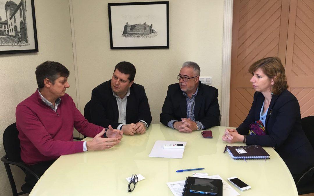 Cabildo y Empresarios de Arona detallan las mejoras en las vías, aparcamientos y señalización